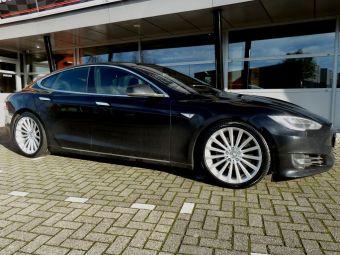 Borbet velgen type BLX zilver breedset 20 inch gemonteerd met winterbanden onder een Tesla S