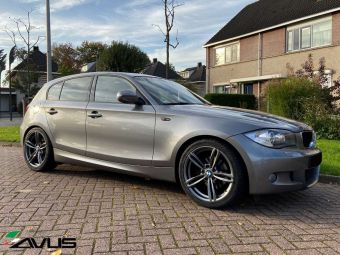 AVUS VELGEN MB3 ANTRACIET MET WINTERBANDEN GEMONTEERD ONDER EEN BMW 1 SERIE