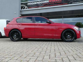 AVUS RACING AC-MB4 VELGEN IN BLACK 19 INCH GEMONTEERD ONDER EEN BMW 1 SERIE
