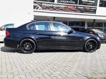 AVUS RACING AC-MB4 VELGEN IN BLACK 19 INCH BREEDSET GEMONTEERD ONDER EEN BMW 3 SERIE