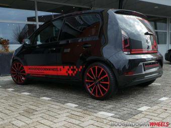 BORBET BL4 BLACK RED VELGEN IN 17 INCH GEMONTEERD ONDER EEN VW UP