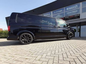 BROCK VELGEN B32 BLACK IN 19 INCH GEMONTEERD ONDER EEN VW TRANSPORTER