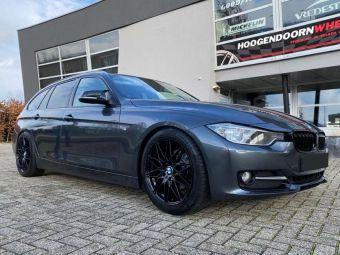 DAMINA VELGEN DM02 BLACK IN 18 INCH GEMONTEERD MET WINTERBANDEN ONDER EEN BMW 3 SERIE