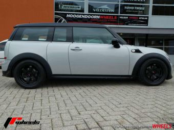 JAPAN RACING JR3 BLACK IN 16 INCH GEMONTEERD ONDER EEN MINI CLUBMAN