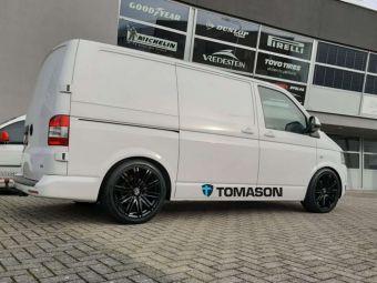 TOMASON VELGEN TN18 GLOSSY BLACK IN 19 INCH GEMONTEERD ONDER EEN VW TRANSPORTER